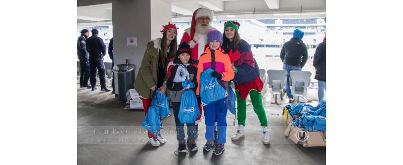 Moş Crăciun a împărţit cadouri la Cluj Arena