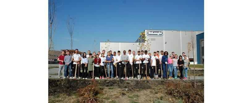 """""""Studenţii"""" au contribuit la amenajarea parcului din vecinătatea fabricii De'Longhi"""