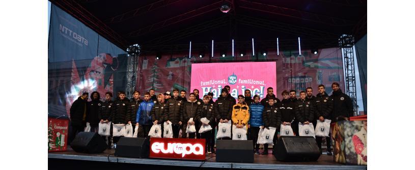 """Grupele de juniori au fost premiate de """"studenţi"""" în Piaţa Unirii"""