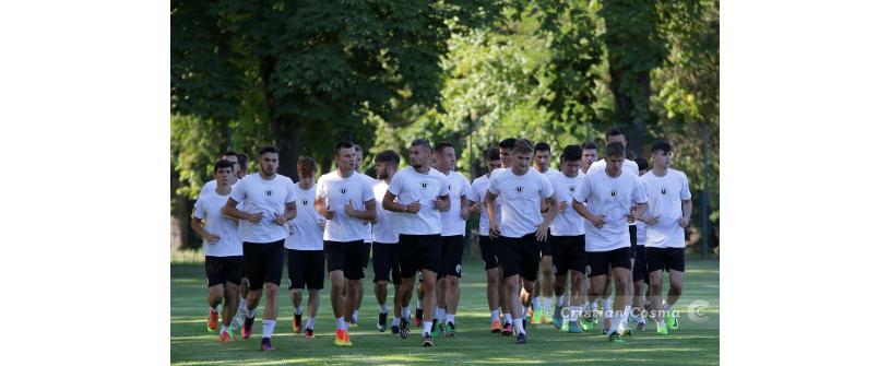 """Reunire în alb și negru. 27 de jucători la primul antrenament al """"studenților"""" în Liga a III-a"""